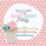 Invitation de partie de joyeux anniversaire avec la décoration et le petit gâteau floraux Photo libre de droits