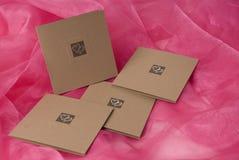 invitation fabriquée à la main sur le fond de soie d'or Photographie stock libre de droits