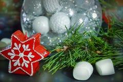 invitation new year Διακοσμήσεις Χριστουγέννων στη σφαίρα γυαλιού Συγχαρητήρια στις διακοπές στοκ εικόνα