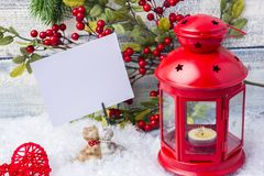 invitation new year Κόκκινο χριστουγεννιάτικο δέντρο κηροπηγίων και κλαδάκι Το θέμα του νέων έτους και των Χριστουγέννων Στοκ Φωτογραφία