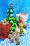 invitation new year Χριστουγεννιάτικο δέντρο, χιονάνθρωπος, δώρα, καραμέλα σε ένα μπλε υπόβαθρο Στοκ Εικόνες