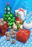 invitation new year Χριστουγεννιάτικο δέντρο, χιονάνθρωπος, δώρα, καραμέλα σε ένα μπλε υπόβαθρο Στοκ Φωτογραφίες