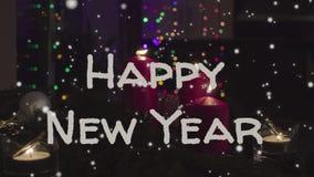 invitation new year Горя свечи и гирлянда в темной комнате стоковые изображения