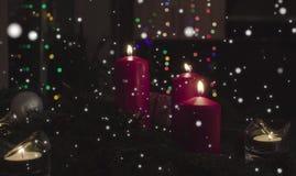 invitation new year Горя свечи и гирлянда в темной комнате стоковое изображение