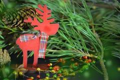 invitation new year Деревянная игрушка оленей с шарфом стоковые изображения