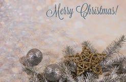 invitation new year Дизайн ` s Нового Года Карта года SilveNew Дизайн ` s Нового Года Серебр, шарики золота и звезды шарики r и з стоковая фотография