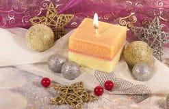 invitation new year Рождество большая свеча в шариках серебра и золота украшения и звезды на предпосылке золота Дизайн ` s Нового стоковое изображение rf