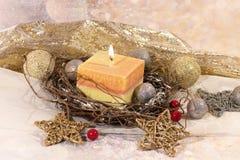 invitation new year Рождество большая свеча в шариках серебра и золота украшения и звезды на предпосылке золота Дизайн ` s Нового стоковая фотография rf