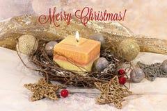 invitation new year Рождество большая свеча в шариках серебра и золота украшения и звезды на предпосылке золота Дизайн ` s Нового стоковые фотографии rf