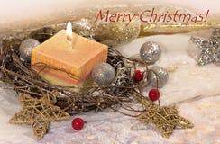 invitation new year Рождество большая свеча в шариках серебра и золота украшения и звезды на предпосылке золота Дизайн ` s Нового стоковая фотография