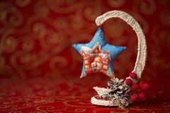 invitation new year 与一个圣诞树玩具的圣诞节图片在红色背景 免版税库存图片
