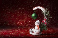 invitation new year 与一个玩具雪人的圣诞节图片在红色背景 库存照片