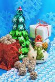 invitation new year 圣诞树,雪人,礼物,在蓝色背景的糖果 库存图片