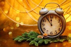invitation new year 圣诞节装饰常青树开花问候一品红红色结构树 Ð有新年装饰,圣诞树分支和金黄背景的¡锁 免版税库存照片
