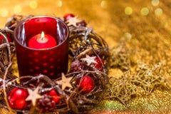 invitation new year 在红色新年的设计的红色圣诞节蜡烛 免版税库存图片
