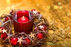 invitation new year 在红色新年的设计的红色圣诞节蜡烛 库存图片