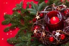 invitation new year 在红色新年的设计的红色圣诞节蜡烛 库存照片