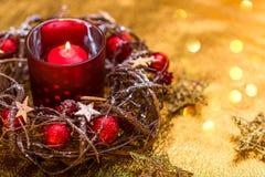 invitation new year 在红色新年的设计的红色圣诞节蜡烛 免版税库存照片