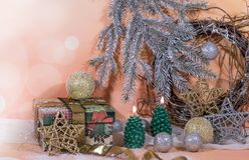 invitation new year 在金子新年的设计的圣诞树蜡烛 库存照片