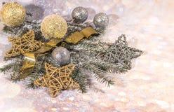 invitation new year 新年` s设计 银、金球和星和金球 免版税库存图片