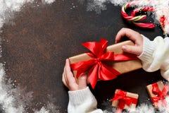 invitation new year 有礼物的一个箱子在孩子的手上 免版税库存照片