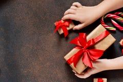 invitation new year 有礼物的一个箱子在孩子的手上 图库摄影
