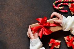 invitation new year 有礼物的一个箱子在孩子的手上 库存照片