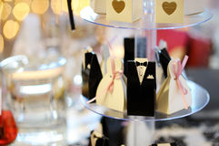 Invitations élégantes de mariage dans des boîtes mignonnes Photos stock