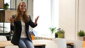 Invitera för att sammanfoga projektaffärskvinnan som i regeringsställning sitter på skrivbordet stock video