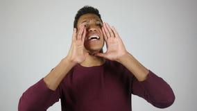 Invitera högt, meddelande, ung man som skriker för att meddela information stock video