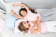 Invitera vännen för sleepover bäst forevervänner Betrakta temaslummerpartiet Tidlös barndom för slummerparti arkivbilder