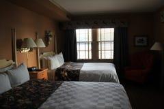 Inviterande följe med bekväma sängar och garneringar, Sagamore Resort, Bolton landning, NY, 2016 Royaltyfria Foton
