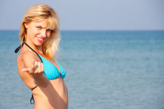 inviterande hav för bikini till kvinnan Arkivbild