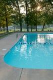Inviterande kall blå simbassäng fotografering för bildbyråer