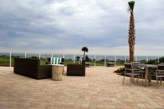 Inviterande plats av borggården med tabeller, stolar en sikt av havet, Holiday Inn semesterort, Jekyll ö, 2015 Royaltyfria Foton