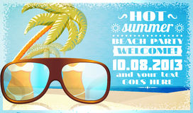 Invito del partito della spiaggia di estate, vetri sulla sabbia Fotografie Stock Libere da Diritti