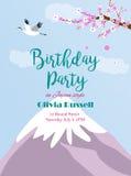 Invito di compleanno con la montagna asiatica Fuji, sakura e gru del paesaggio Immagini Stock Libere da Diritti