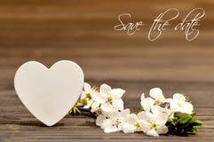 Invito di nozze con i fiori della molla ed il cuore decorativo Fotografie Stock