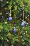 Invito di nuovo anno Prugna che appende su un albero di Natale Fotografie Stock