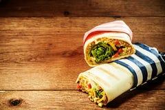 Involucri arrostiti vegetariani del burrito del cuscus immagini stock libere da diritti