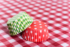 Involucri del muffin del Libro Verde rosso e sulla tavola Immagine Stock Libera da Diritti