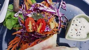 Involucro della tortiglia del vegano, rotolo del burrito con i vegetabes arrostiti Stili di vita di salute e della sostenibilità video d archivio