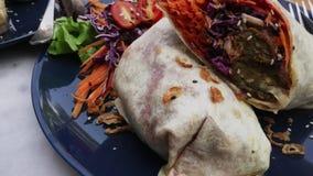 Involucro della tortiglia del vegano, rotolo del burrito con i vegetabes arrostiti Stili di vita di salute e della sostenibilit? video d archivio