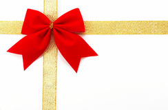 Involucro di regalo dell'oro su una priorità bassa bianca, orientatio orizzontale Fotografie Stock