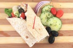 Involucro greco del pollo dell'insalata Immagini Stock Libere da Diritti