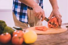 Involved motiverad man som lagar mat i köket royaltyfria foton
