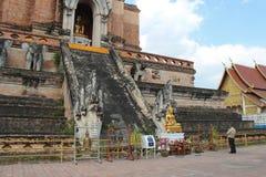 Invoquer le Bouddha (Wat Chedi Luang -清迈- Thaïlande) 库存图片