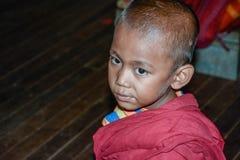 INWA - МЬЯНМА - 31,2015 -ГО ИЮЛЬ: Неопознанный бирманский буддийский послушник на 31,2015 -го ИЮЛЯ в положение древнем городе Inw Стоковое фото RF