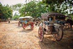 INWA, MYANMAR-MAY 2,2013: Trasporto viaggiatori non identificato Fotografia Stock