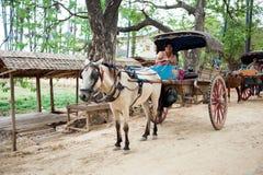 INWA, MYANMAR-MAY 2,2013: Trasporto viaggiatori non identificato Fotografia Stock Libera da Diritti